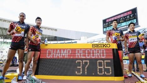 男子400メートルリレーを37秒85で制した(右から)山県、飯塚、桐生、ケンブリッジ=共同