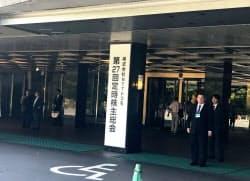 NTTドコモの株主総会では楽天の携帯事業参入による影響についての質問が相次いだ(19日、東京都千代田区)