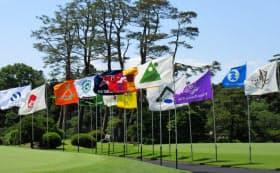 会場に掲げられた参加クラブの旗が選手のやる気をかき立てる(予選競技)