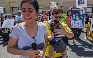 夫が不法移民として拘束された女性(17日、ニュージャージー州)=ロイター