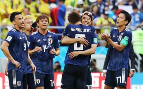 コロンビアに勝ち、抱き合って喜ぶ香川(右から2人目)ら日本イレブン=沢井慎也撮影