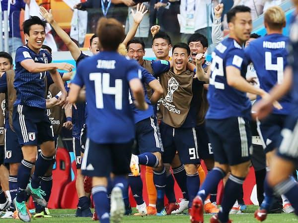 後半、勝ち越しゴールが決まり喜ぶ日本イレブン=三村幸作撮影