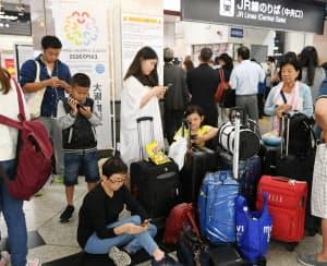 JR大阪駅で運転再開を待つ訪日外国人(18日)