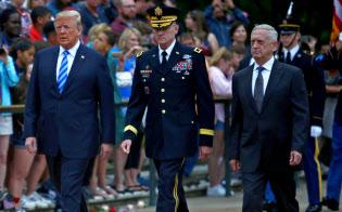 マティス米国防長官(右)はロシアの脅威に対抗すべきだと主張している(5月28日、バージニア州)=ロイター