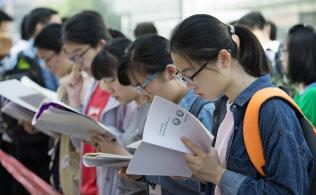 「高考」試験の当日、会場で最後の追い込みを掛ける受験生(江蘇省南通市)=AP