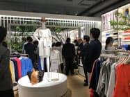 ドゥクラッセの新宿アルタ店には中高年の男女向けの衣料品をそろえた(東京都新宿区)