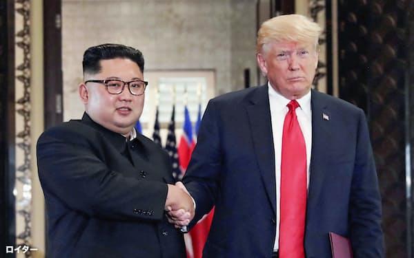 金正恩氏(左)はトランプ氏に日朝対話にオープンな姿勢を示した(12日、シンガポール)=ロイター
