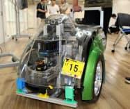磁気の乱れを感知して走行する自律走行車。人や植物に囲まれてセンサーが使えない場所でも走ることができる