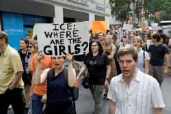 トランプ氏の「親子分断政策」に抗議する人々=ロイター