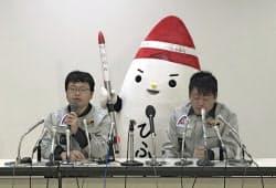 4月30日、記者会見するインターステラテクノロジズの稲川社長(写真左)と堀江氏