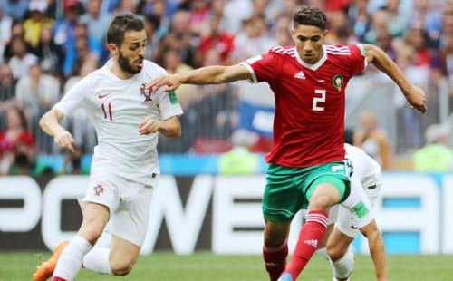 前半、ポルトガルのベルナルド(左)と競り合うモロッコのハキミ=三村幸作撮影