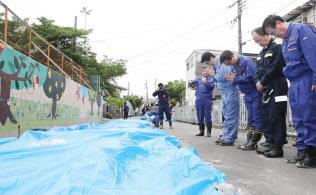 ブロック塀の倒壊で児童が亡くなった高槻市立寿栄小学校を訪れ、手を合わせる安倍首相=代表撮影
