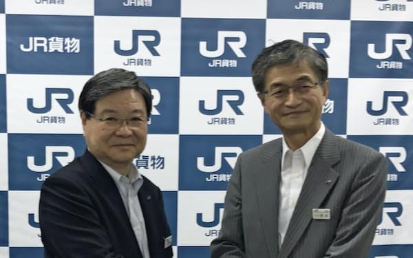 社長就任の記者会見で握手する真貝康一社長(右)と田村修二会長(21日、東京・渋谷)