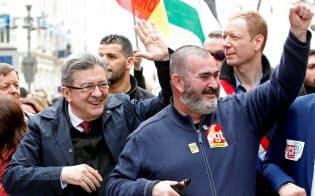 フランスで急進左派政党が支持を伸ばしている(4月、マルセイユでのデモに参加したジャンリュック・メランション氏(左)、マルセイユ)=ロイター