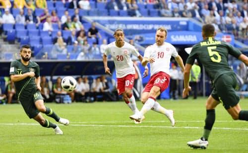 デンマーク―オーストラリア 前半、先制ゴールを決めるデンマークのエリクセン(10)(21日、サマラ)=ロイター
