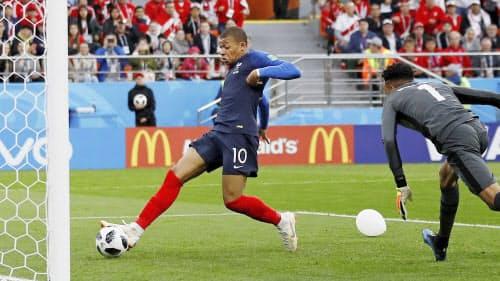 フランス―ペルー 前半、先制ゴールを決めるフランスのエムバペ(21日、エカテリンブルク)=ロイター