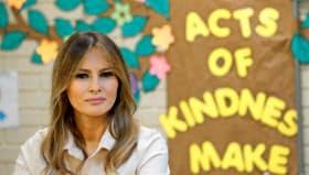 21日、メラニア夫人は予告なしに不法入国した子どもの保護施設を訪問した(テキサス州)=ロイター