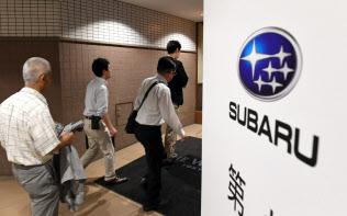 SUBARUの株主総会に向かう株主ら(22日午前、東京都目黒区)