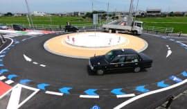 運用が始まった愛知県愛西市の環状交差点(22日午前)