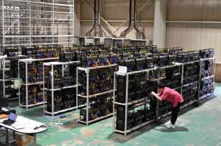仮想通貨のマイニング専用装置がずらりと並び、24時間体制で稼働する
