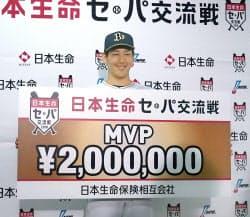 交流戦のMVPに輝き、ボードを手に笑顔のオリックス・吉田正(22日、ほっともっと神戸)=共同