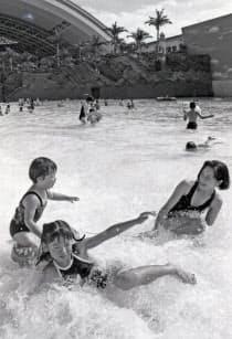 オーシャンドームの波打ち際で遊ぶ家族連れ(1993年7月30日、宮崎市)