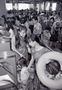 シーガイアが開業し、入場する人たち(1993年7月30日、宮崎市)