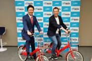 シェアサイクルの実証実験で会見を開いた高島市長(左)とメルカリの小泉文明社長(22日、福岡市)