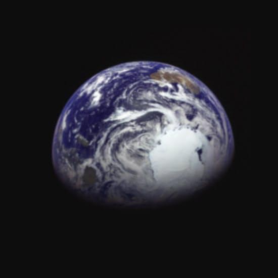 地球に別れを告げる際に撮影した。気象衛星では撮りにくい南極大陸が中央右に見える(JAXA提供)
