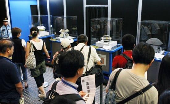 7年間の宇宙の旅を終え、帰還した小惑星探査機「はやぶさ」のカプセルなどが一般公開され、当時たくさんのファンがその姿を一目見ようと詰めかけた(2010年8月、東京・丸の内)
