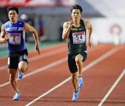 男子100メートル準決勝 決勝進出を決めた山県亮太=右(22日、維新みらいふスタジアム)=共同