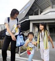 サッカーJ1のG大阪が無料開放したシャワールームを利用し、笑顔の大阪府茨木市から来た親子連れ(22日午後、大阪府吹田市のパナソニックスタジアム吹田)=共同