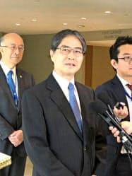 22日、当選後に記者団の取材に応じる岩沢雄司東大教授(ニューヨークの国連本部)
