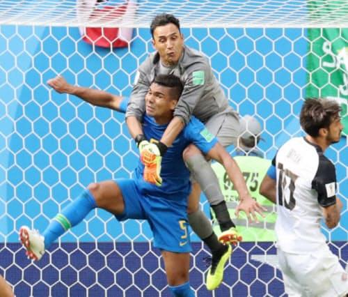 後半、ゴール前でブラジルのカゼミロ(中央手前)と競り合うコスタリカのGKナバス=三村幸作撮影