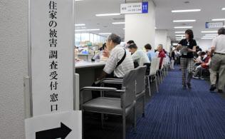茨木市役所には罹災証明の交付申請について相談するために多くの市民が訪れた(22日、大阪府茨木市)