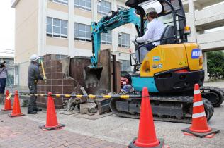 現行基準を満たさないブロック塀を撤去する作業員ら(23日、名古屋市緑区)
