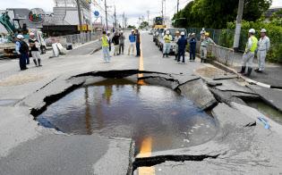 地震の予測は難しい。地震の影響で陥没した道路(18日午後、大阪府高槻市)
