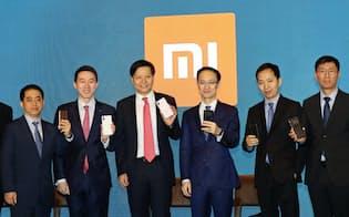 小米の雷軍CEOは成長に自信を示した(左から3人目、23日、香港)