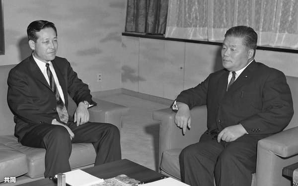 1962年、大平正芳外相(右)と会談する韓国の金鍾泌中央情報部長(東京都内)
