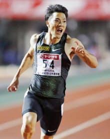 男子100メートル決勝、10秒05で優勝した山県亮太(23日、維新みらいふスタジアム)=共同