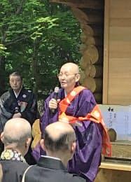 参加者に語りかける大野玄妙・法隆寺管長(24日、北海道斜里町)