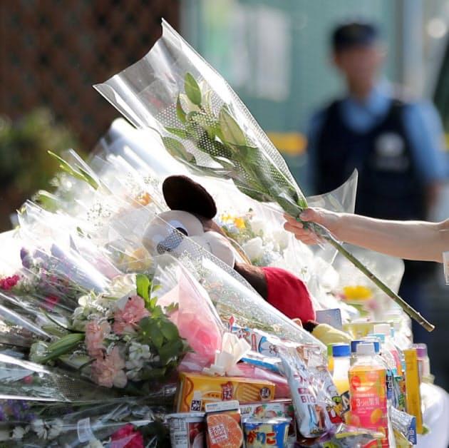 地震で倒壊したブロック塀の下敷きになり女子児童が亡くなった現場には、献花に訪れる人が続く(24日午後、大阪府高槻市)