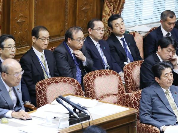 安倍首相の国会答弁中、壁際にずらりと並ぶ5人の首相秘書官(18日、参院決算委)
