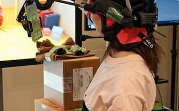 vTuberのコンテンツはVR機器やスマートフォンを組み合わせて制作する(東京都港区のグリーのスタジオ)