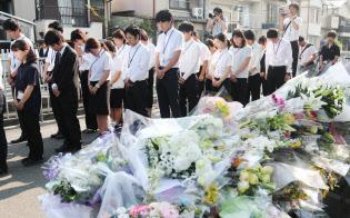 地震発生時刻に女児が死亡した現場に向かい黙とうする寿栄小の教職員ら(25日午前、大阪府高槻市)