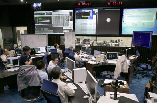 はやぶさ2を運用する管制室。中央のスクリーンには、小惑星「りゅうぐう」の最新画像が表示されている(6月24日、神奈川県相模原市の宇宙科学研究所)