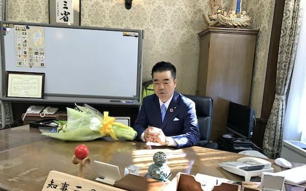 滋賀知事選で再選を果たした三日月大造氏(大津市の滋賀県庁)
