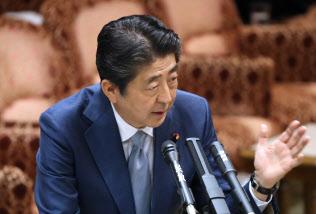 参院予算委で答弁する安倍首相(25日午後)