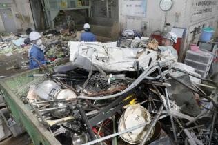 地震による災害ごみなどが集められた処理場(25日午後、大阪府高槻市)