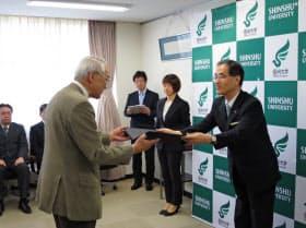 信州大学の浜田州博学長(右)から信大発VB認定の「称号」が企業に渡された